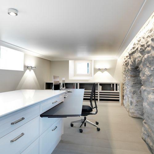 Innenarchitektur mit Natursteinwand