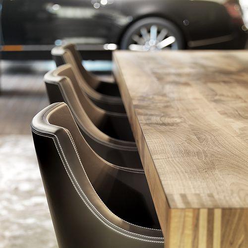 Möbel für Arbeitsräume Holztisch und Stühle